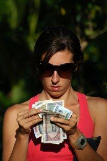 kobieta licząca pieniądze